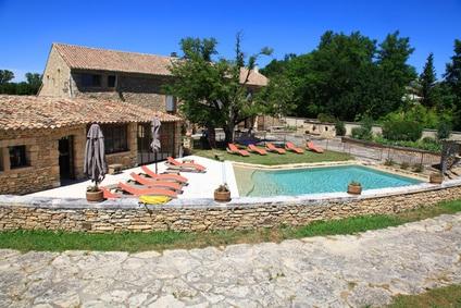 maison provençal et mur en pierre avec piscine béton projeté et terrasse en pierre claires