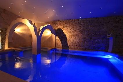 spa design béton projeté éclairage design bleu et pierre naturelle
