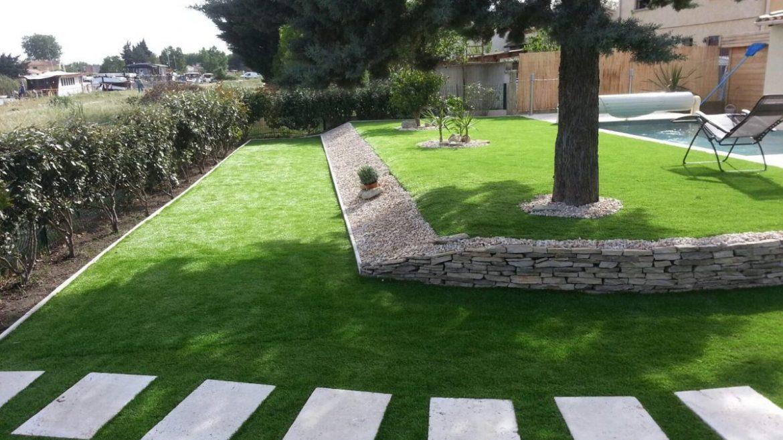 joli jardin moderne pelouse chemin dalles blanches piscine moderne design