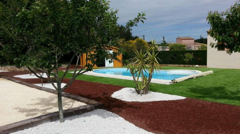 jardin design terrain pétanque et piscine béton projeté jardinière pierre de lave
