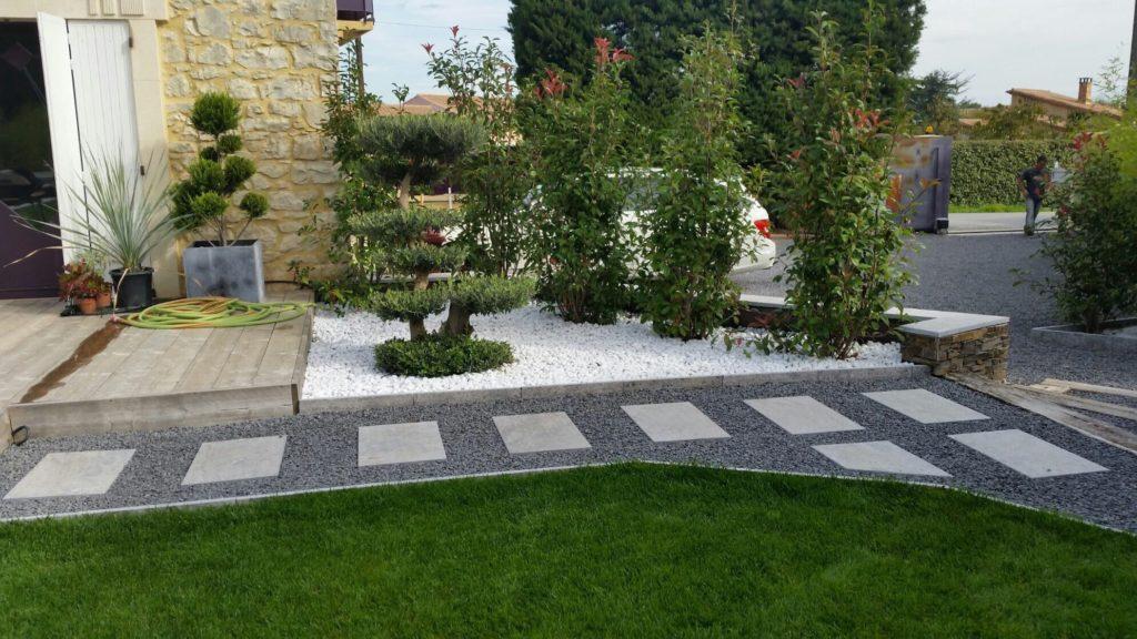 chemin entrée maison gravier dalle pierre jardinière galet arbre