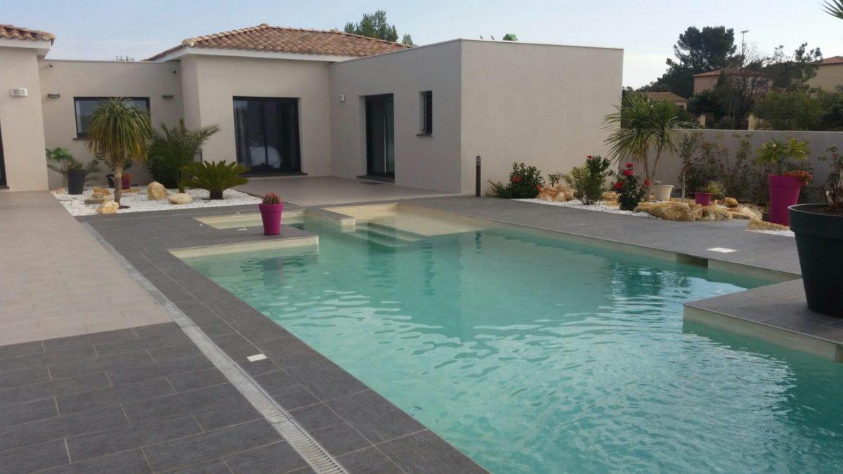 maison design terrasse fleuris et piscine originale béton projeté