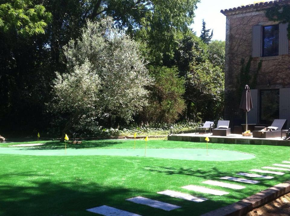 jardin avec terrain de golf