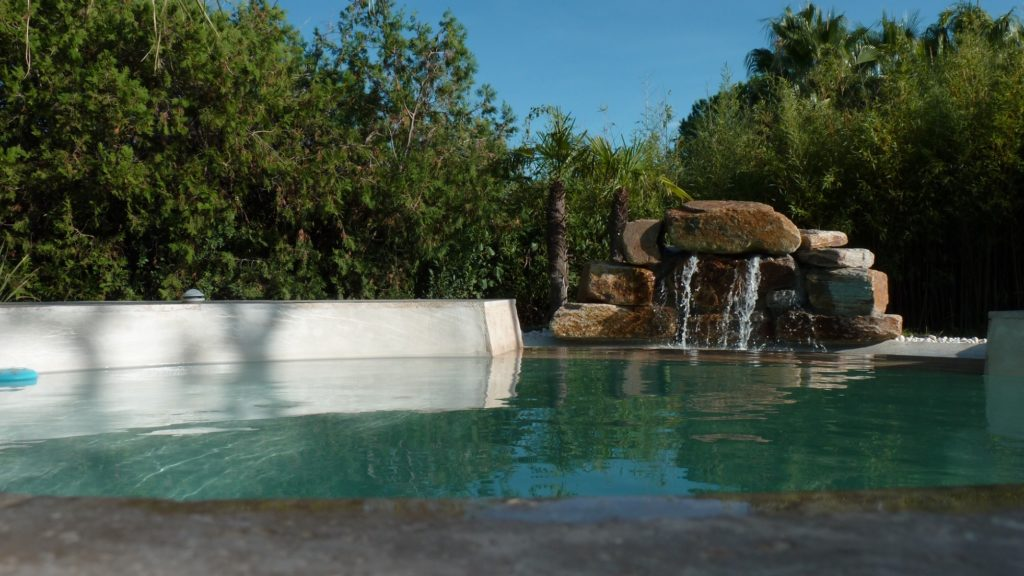 piscine lagon béton projeté cascade d'eau en pierre