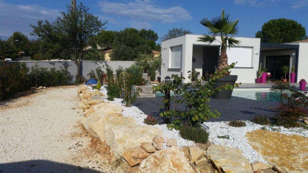 maison design avec piscine et terrasse décoration moderne dalle noir et chemin pierre