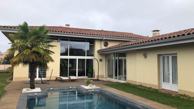 maison design avec jardin et piscine en beton projete classique