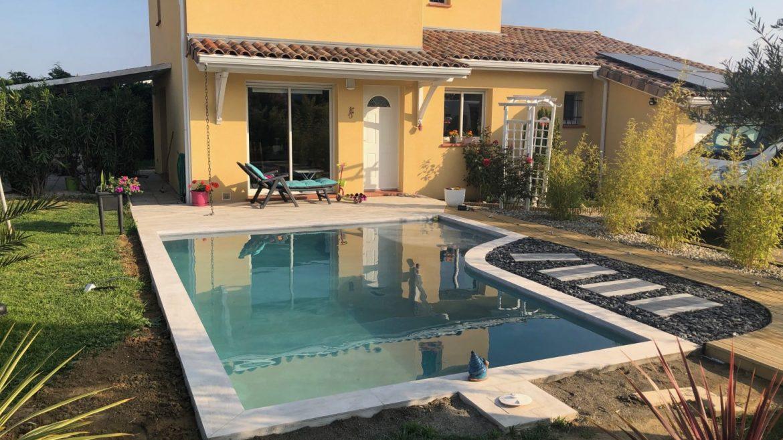 maison avec jardin et piscine moderne en beton projete