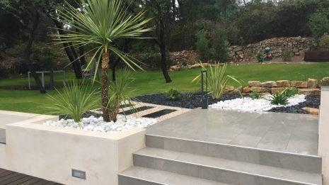 terrasse avec jardinière avec galet et ardoise et palmiers