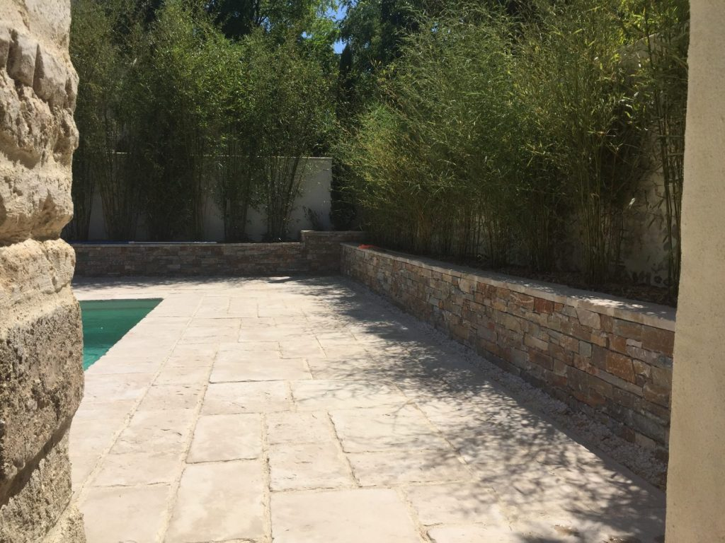 terrasse en pierre naturelle avec muret en pierre