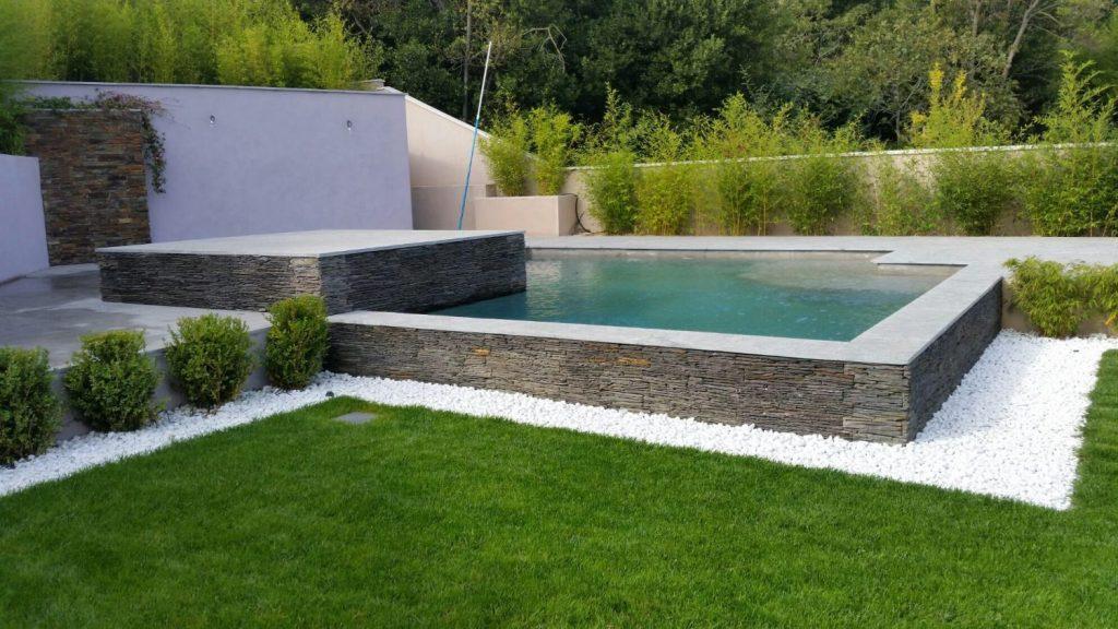piscine en beton projete et avec contour en pierre ardoise