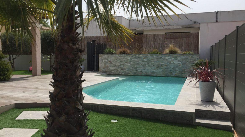 jardin avec piscine moderne en beton projete et mur de lame d'eau