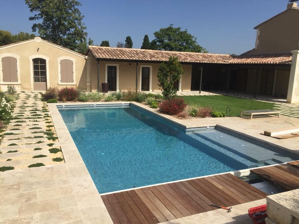 maison avec piscine de forme classique en beton projete
