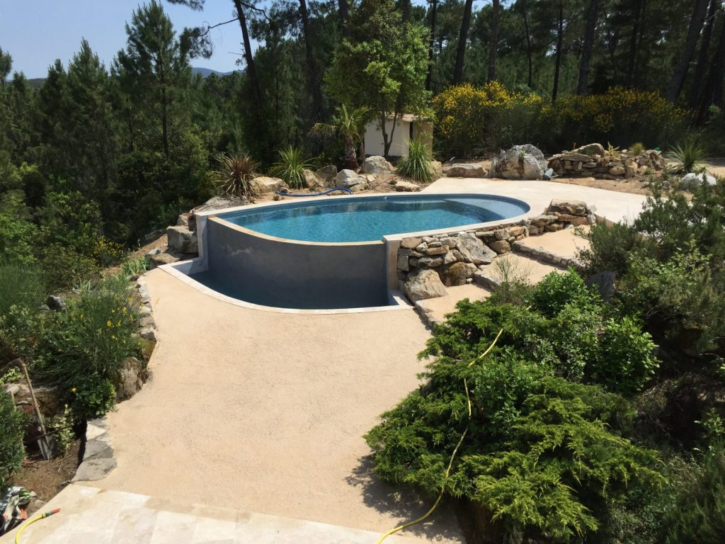 piscine design en beton projete a debordement