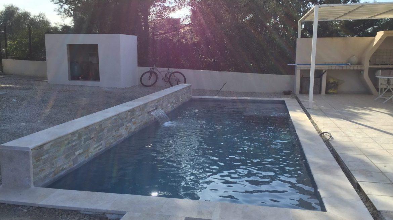 piscine classique en beton projete avec lame d'eau