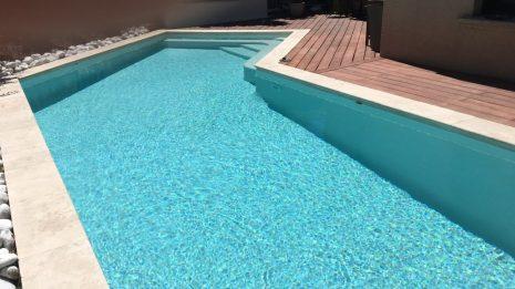 piscine classique avec terrasse en bois