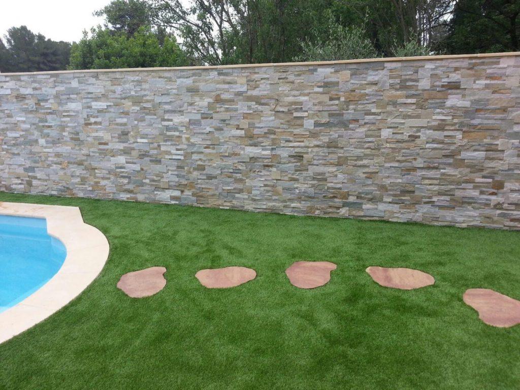 grand mur pour jardin en pierre et jardin avec chemin en dalle ronde