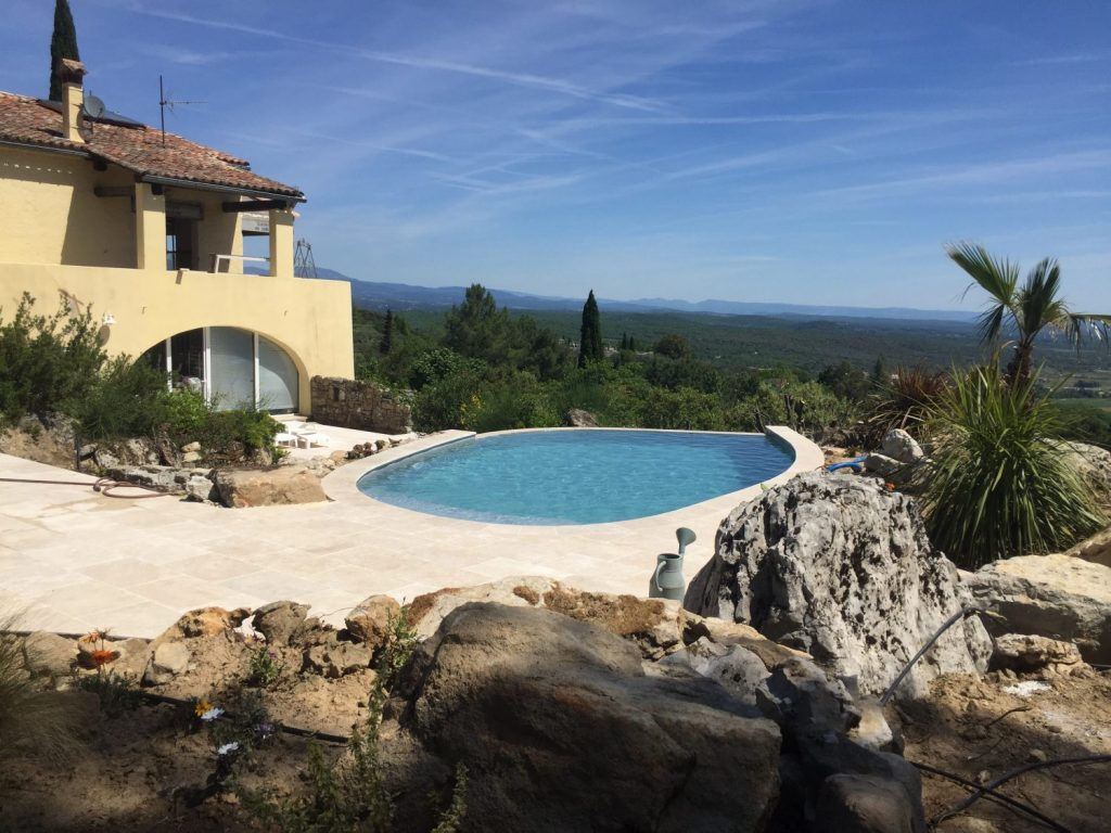 villa moderne avec piscine ronde a debordement