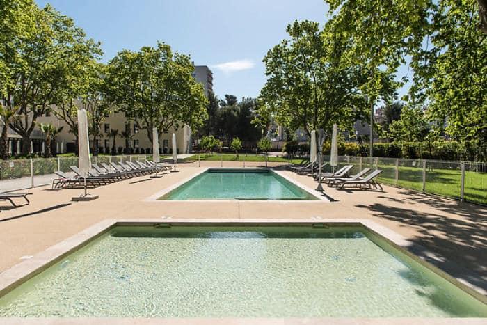 grannde terrasse avec piscine en beton projete