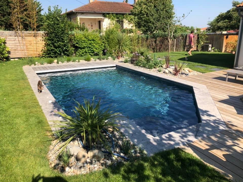 jardin avec terrasse en bois et piscine en beton projete