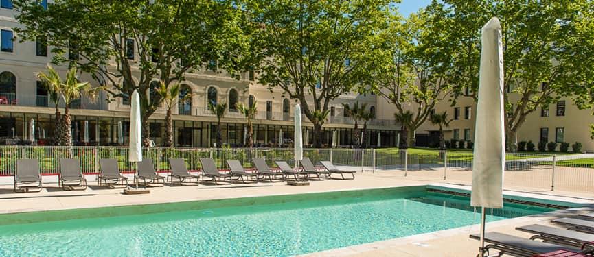 grand bassin beton projete avec terrasse