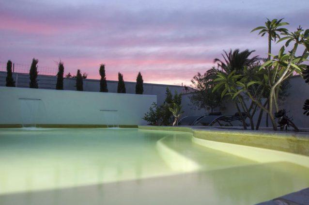 piscine avec muret lame d eau design et eclairage
