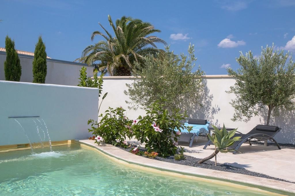 piscine en beton projete avec lame d eau