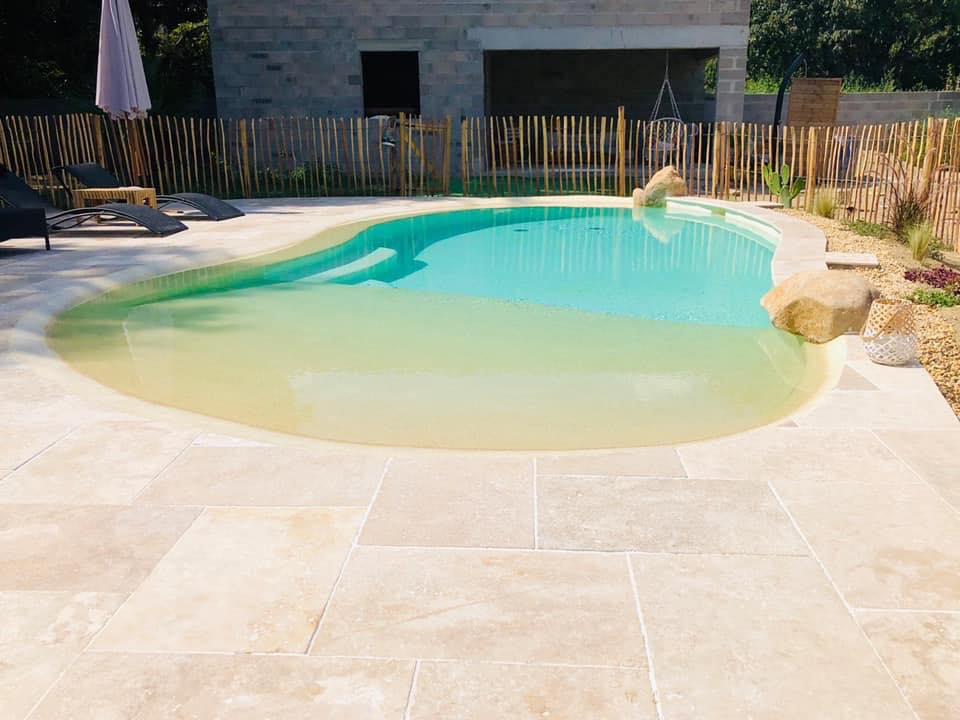 terrasse avec belle piscine gunite lagon