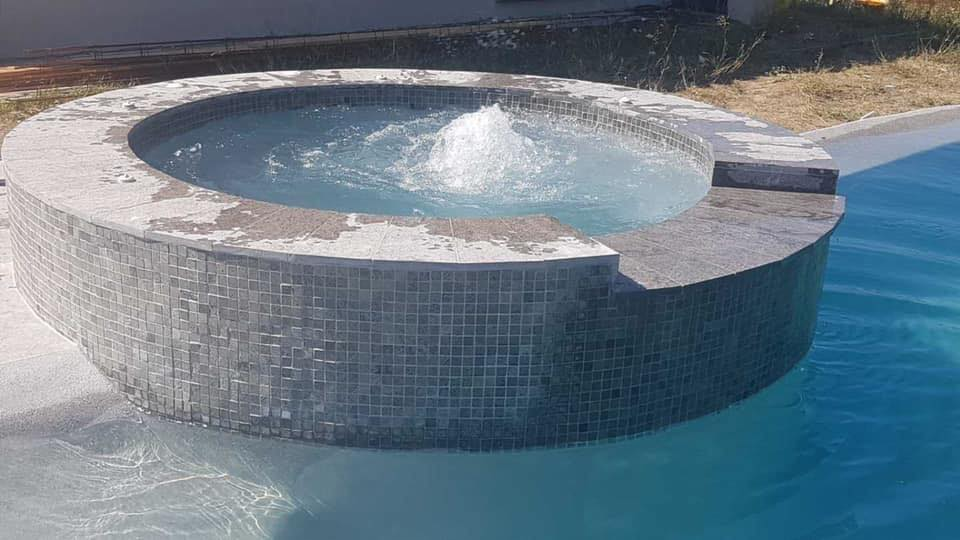 spa a debordement et piscine en beton projete