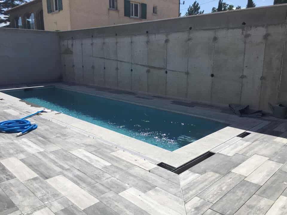 piscine en beton projete et terrasse en ardoise moderne