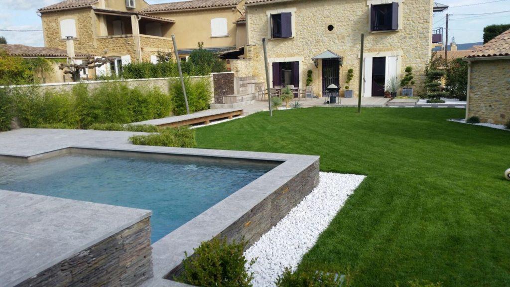 jardin avec piscine en pierre