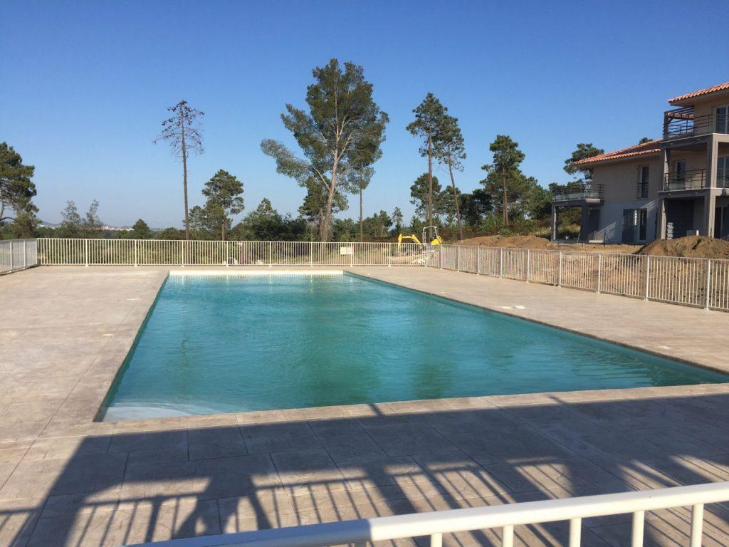 grande piscine de residence en beton projete