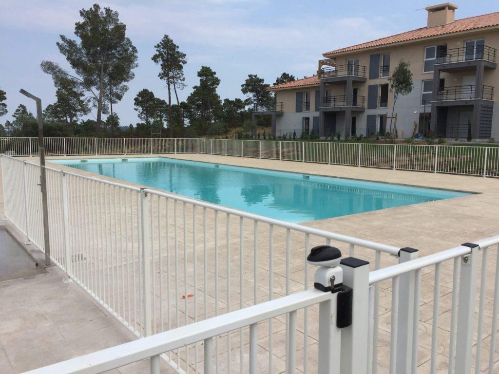 grande piscine de residence en beton