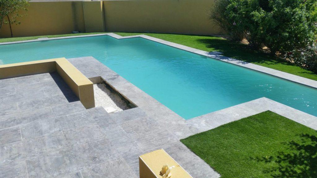 piscine beton avec forme originale et design