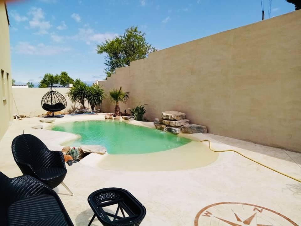 Piscine plage originale en b ton et cascade en pierre - Hotel narbonne plage avec piscine ...