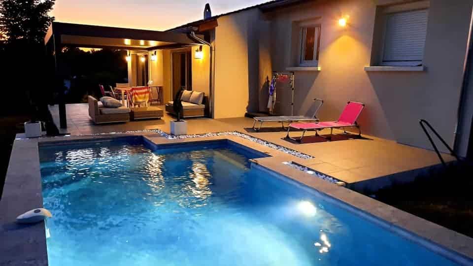 maison avec piscine éclairée